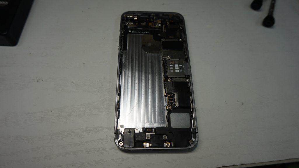 折れ曲がったiPhoneを直す iPhoneSE 4