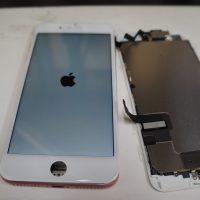 右上の方の割れ 液晶パネル交換 iPhone7 3