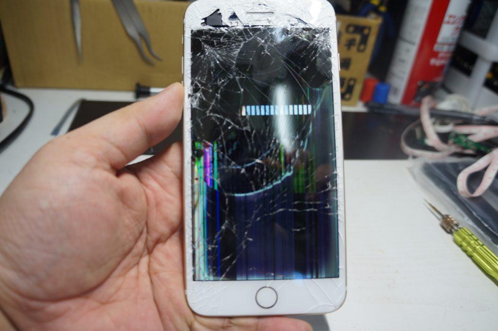 フロントカメラ付近もバリバリ割れ 液晶パネル交換 iPhone7 Plus 1
