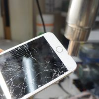 フロントカメラ付近もバリバリ割れ 液晶パネル交換 iPhone7 Plus 2