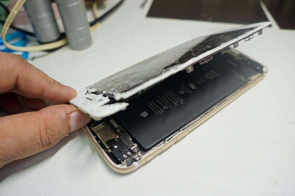 フロントカメラ付近もバリバリ割れ 液晶パネル交換 iPhone7 Plus 3